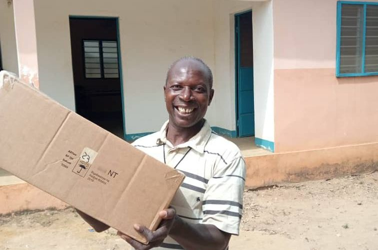 Un carton parmi les 5000 exemplaires reçus au Togo